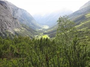 Blick vom Karwendelhaus ins Tal. Von gaaanz unten kommen wir!